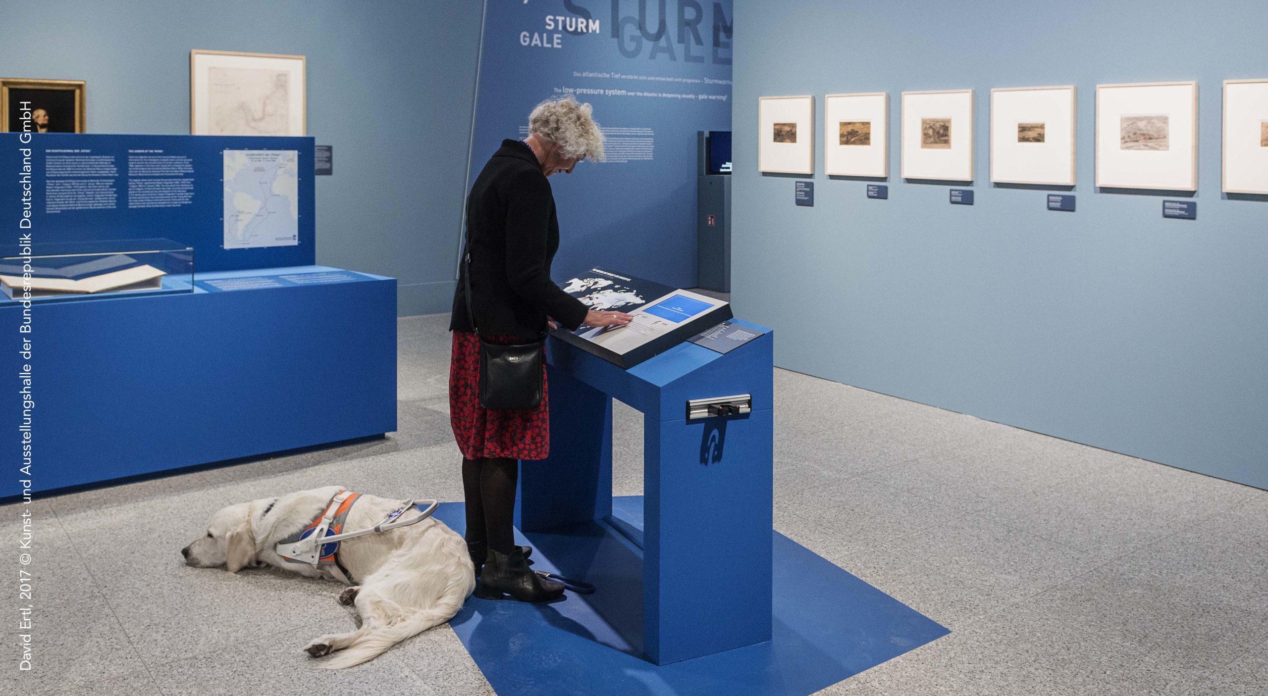 Visiteur malvoyant utilisant une station tactile, Bundeskunsthalle Bonn