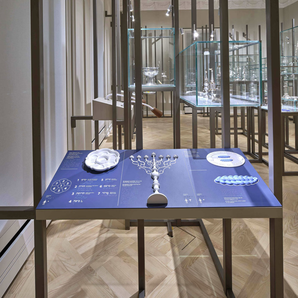 Tactile station presenting objects used in performing religious rites - © JMF, Norbert Miguletz