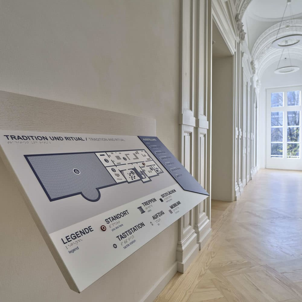 Tactile orientation map located at the entrance of one of the museum rooms - © JMF, Norbert Miguletz