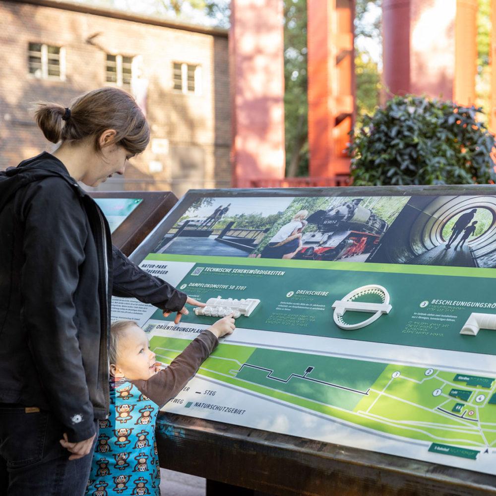 Panneau d'orientation tactile à destination de tous les publics, situé à l'entée du parc naturel de Berlin-Schöneberg - - © Grün Berlin / Frank Sperling