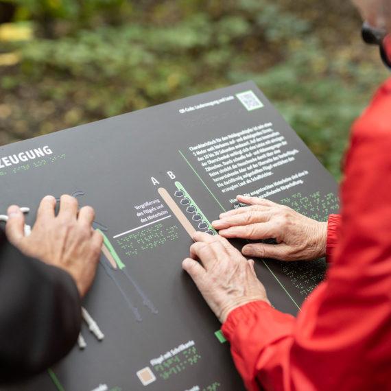 Des visiteurs en train de toucher une des stations tactiles - © Grün Berlin / Frank Sperling