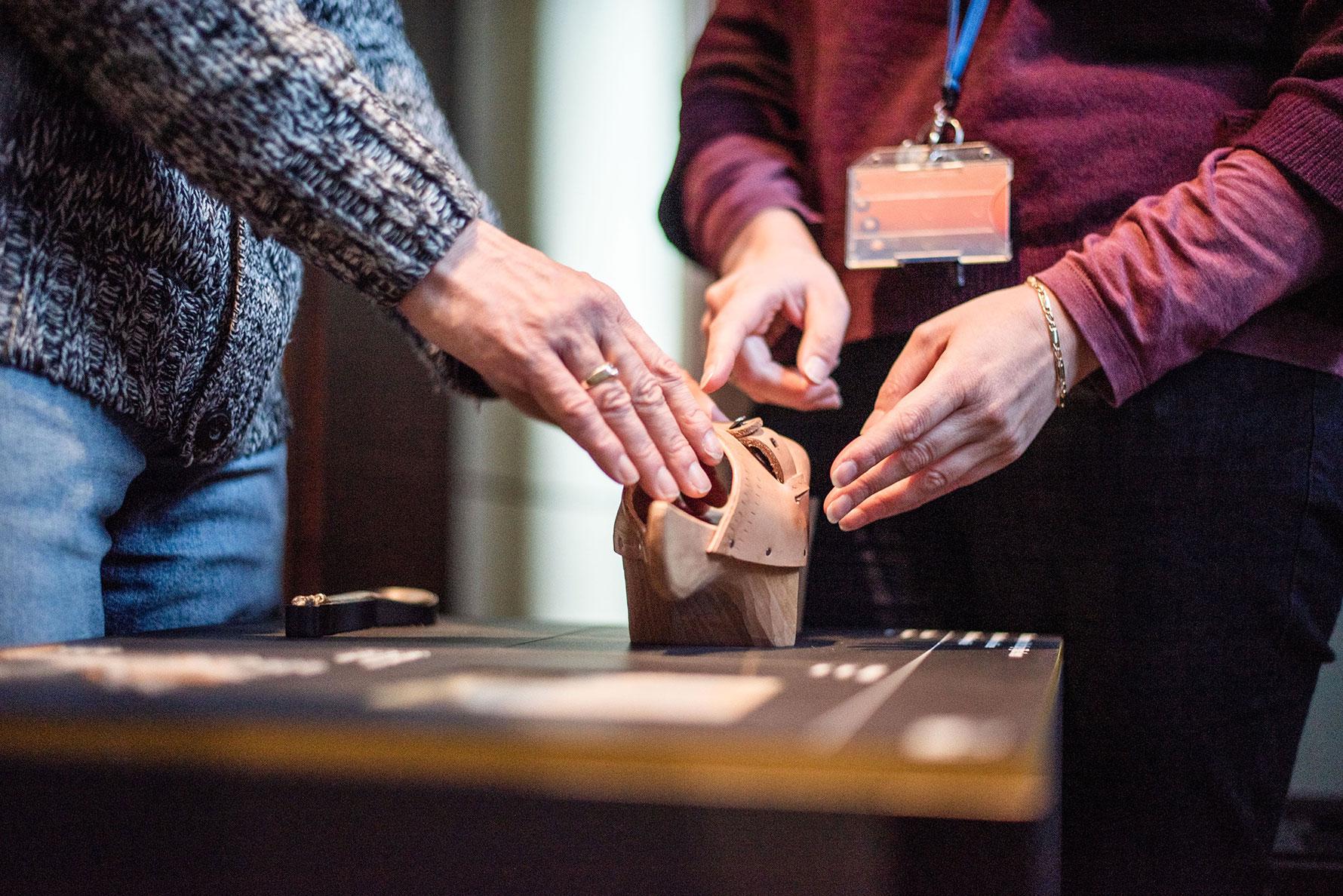 Ein Besucher entdeckt ein 3D-Artefakt im Gruuthusemuseum, Brügge - © Femke den Hollander