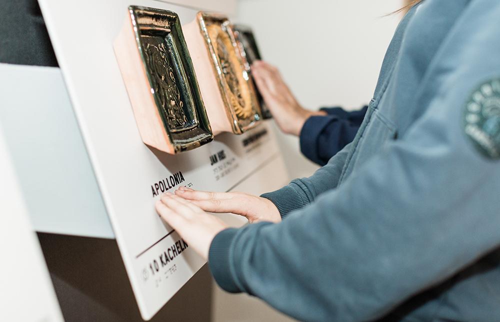 Die Stationen bestehen aus verschiedenen Artefakten, Braille und erhabener Schrift - © Mark Frost